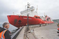 Грузовое судно в порту Петр
