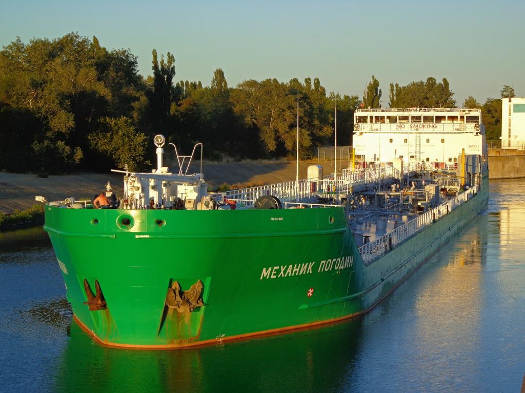 Киев захотел продать заблокированный в порту российский танкер