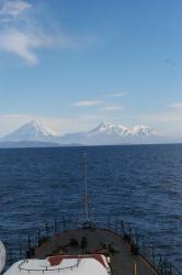 Вид на Авачинскую группу вулканов с океана