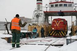 Выезд железнодорожного состава с парома-ледокола