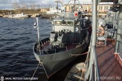 По правому борту МПК стоит рейдовый тральщик РТ-23
