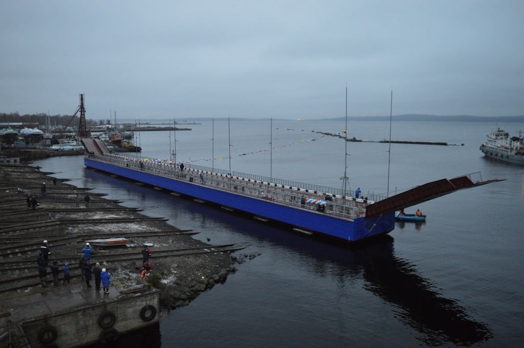 Понтонный мост для петрозаводского микрорайона Соломенное спустили наводу