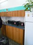 На кухнях - микроволновки. холодильники...